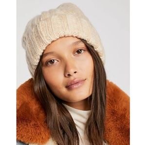 🍒NWT🍒 FREE PEOPLE CABLE KNIT BEANIE
